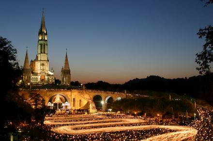 Procession flambeaux esplanade-® Sanctuaires ND Lourdes 05 (1)
