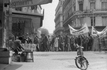 malheureusement-pour-ce-vendeur-de-muguet-le-cortege-ne-fait-que-passer-rue-jussieu-1974-archives-le-progres