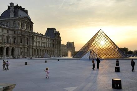 PARIS, LA PYRAMIDE
