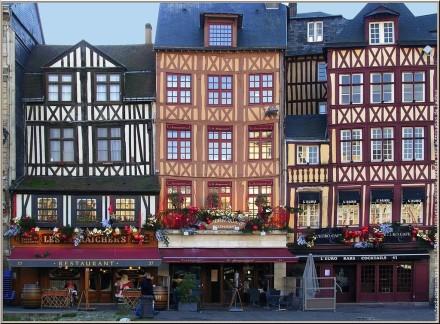 """Faixadas das casas antigas de <a href=""""http://www.rouentourisme.com/Default.aspx?tabid=3423&language=pt-PT"""">Rouen</a>, na Praça do Vieux Marché"""