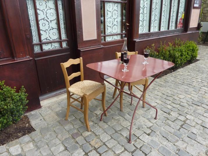 Mesa na frente da Auberge Ravoux