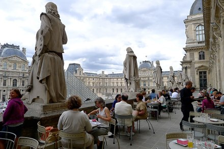 O Café Marly, na ala Richelieu do Louvre