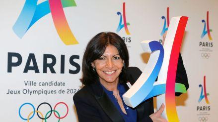 A prefeita de Paris mostrando o logo da candidatura
