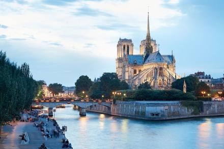 O Rio Sena frente a catedral Notre Dame de Paris