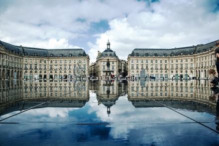A Praça da Bolsa de Valores e seu famoso espelho d'agua