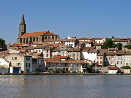 A cidade de Castelnaudary, na beira do Canal do Midi