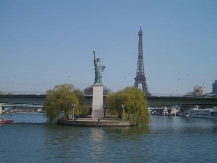 Em Paris, a opção de juntar a Torre Eiffel e a estátua da Liberdade!