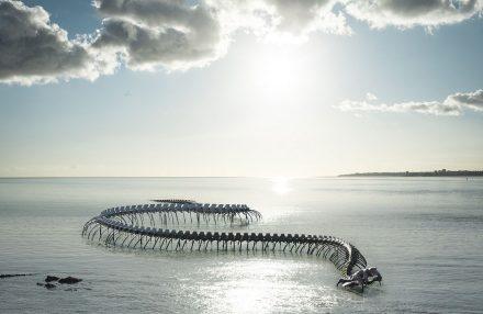 Arte no Rio Loire, a cobra de Huang Yong Ping